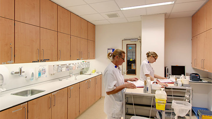 The UMCG Laboratorium which uses Philips hospital lighting to illuminate the room